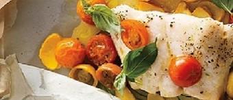 Pescado con tomates, calabaza y albahaca