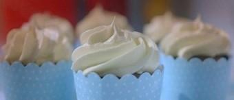 Magdalenas de chocolate con glaseado de crema de mantequilla
