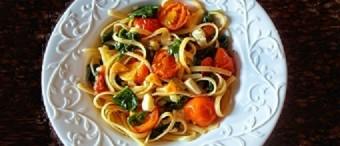 Espagueti con mozzarela, espinaca, albahaca y tomates